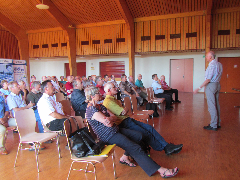 Interessierte Zuhörer in der Mehrzweckhalle Rheinau