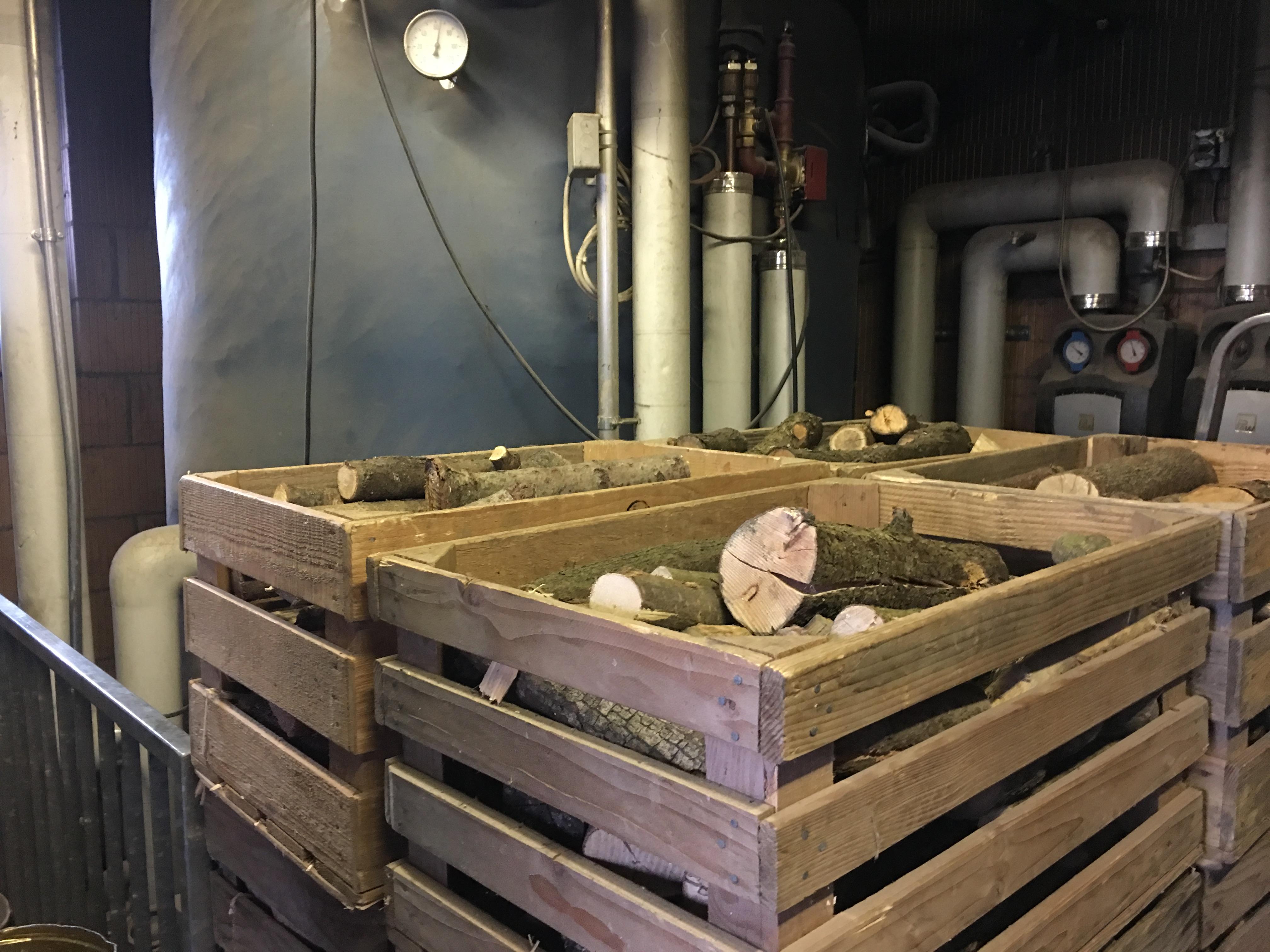 Das Holz wurde von den Heimbewohnern für die Stückholzheizung vorbereitet.