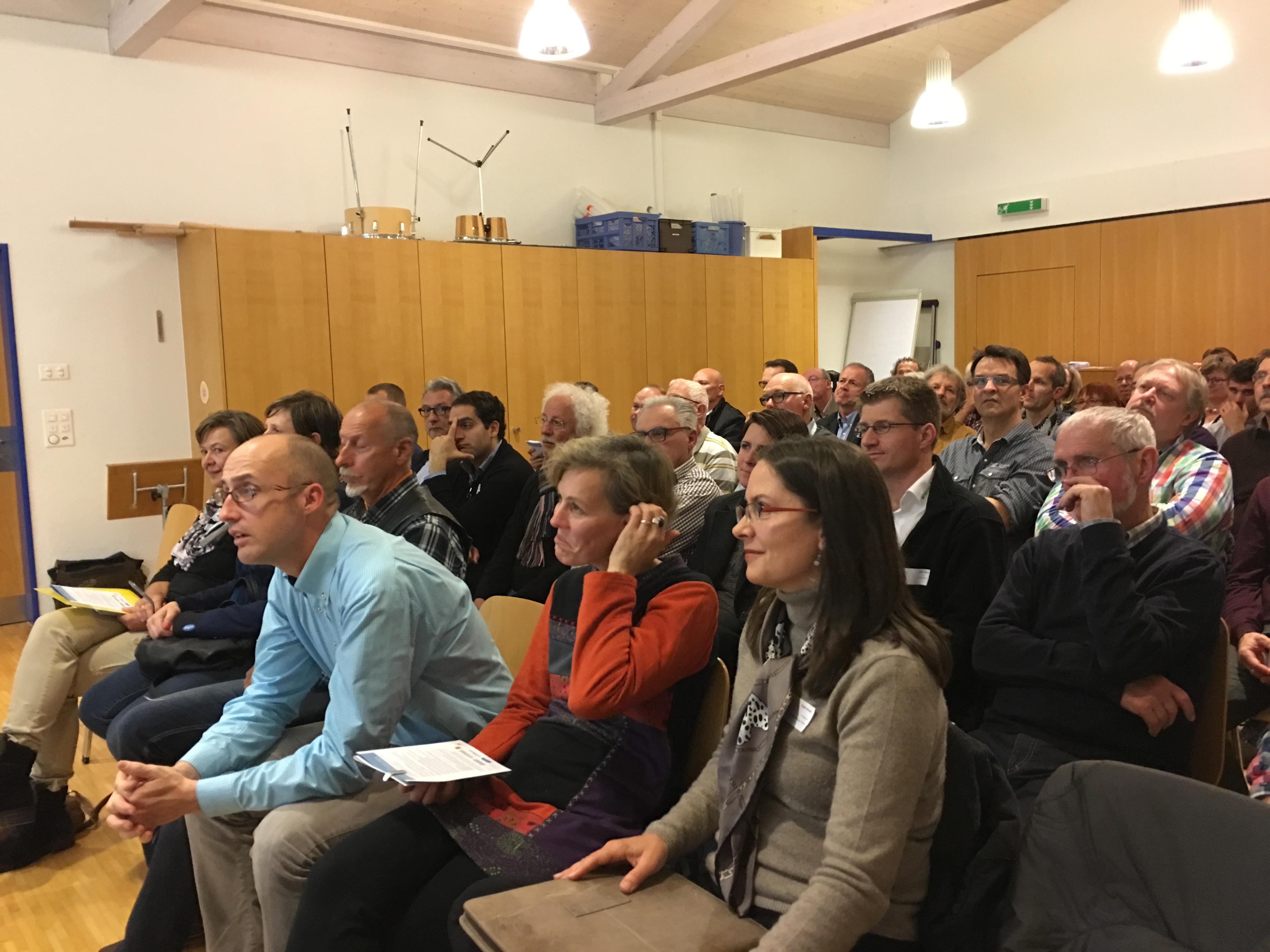 Die Referierenden Bruno Rüegg, Sonja Gehrig und Thalia Meyer hören dem Vorredner zu.