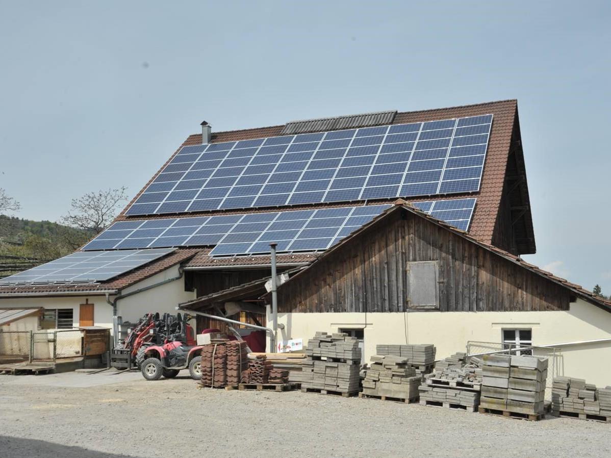 Das südgerichtete Dach eines bestehenden Gebäudes wird ebenfalls für die Solarstromerzeugung genutzt.