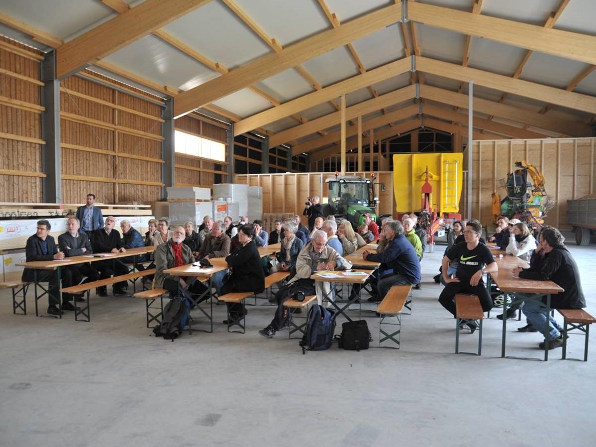 Interessierte ZuhörerInnen in der neuen Halle unter dem Solardach.