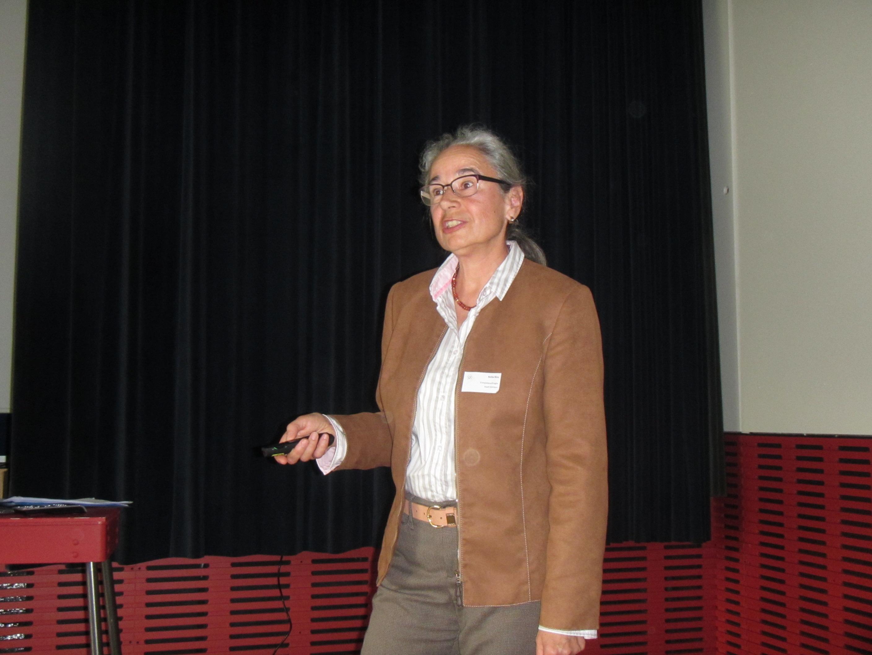 Anita Binz berichtet über das breite Spektrum der Tätigkeiten der Stadt Dietikon im Bereich erneuerbare Energien und Energieeffizienz.
