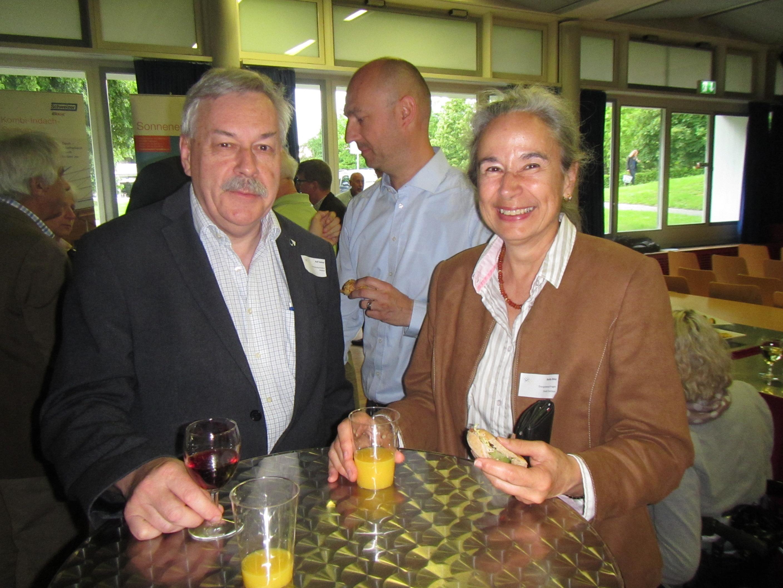 Kantonsratspräsident Rolf Steiner mit Anita Binz, der Energiebeauftragten von Dietikon