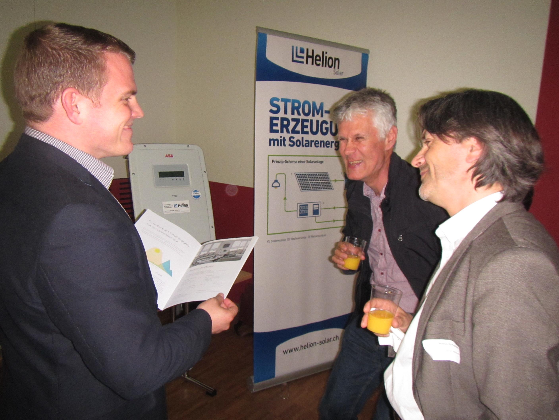 Stadtrat Markus Bärtschiger und Gemeinderat Christian Brandenberger informieren sich über die Angebote von Helion Solar.