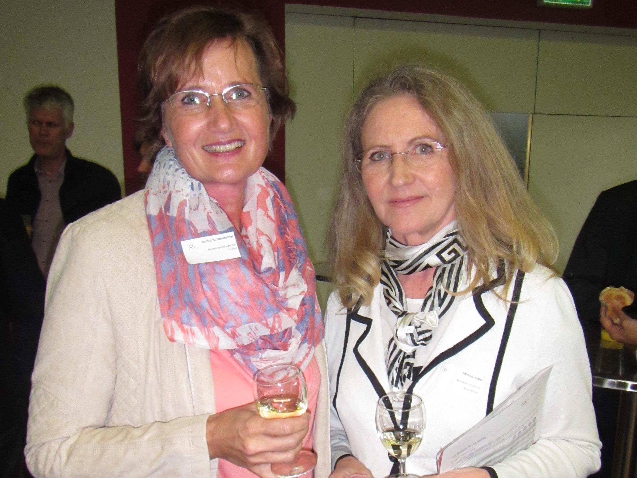 Sandra Rottensteiner, Gemeindepräsidentin von Urdorf mit Michèle Sidler von AquaClic.