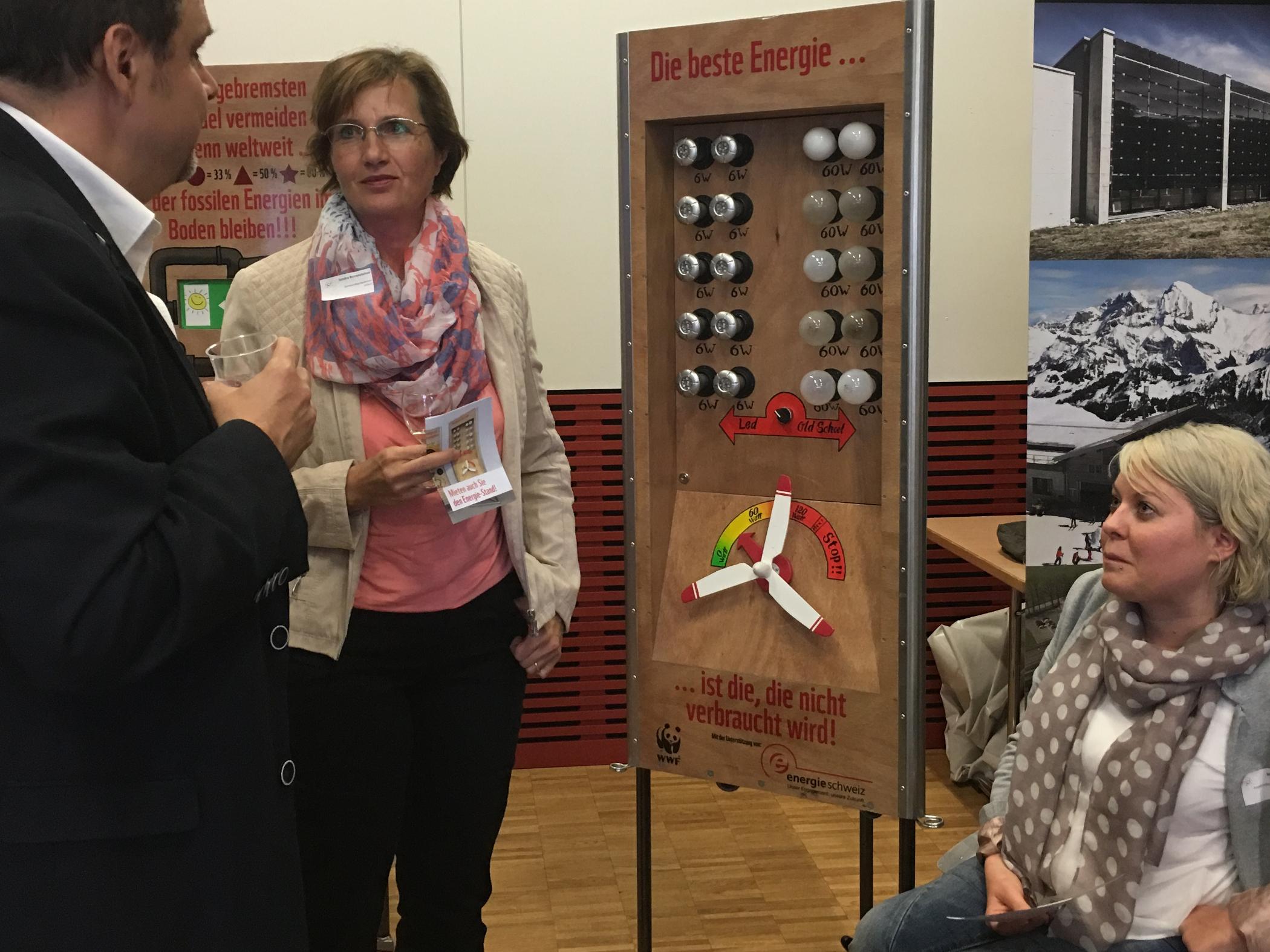 Kantonsrat Rochus Burtscher mit Gemeindepräsidentin Sandra Rottensteiner und Mirjam Gasser vom WWF.