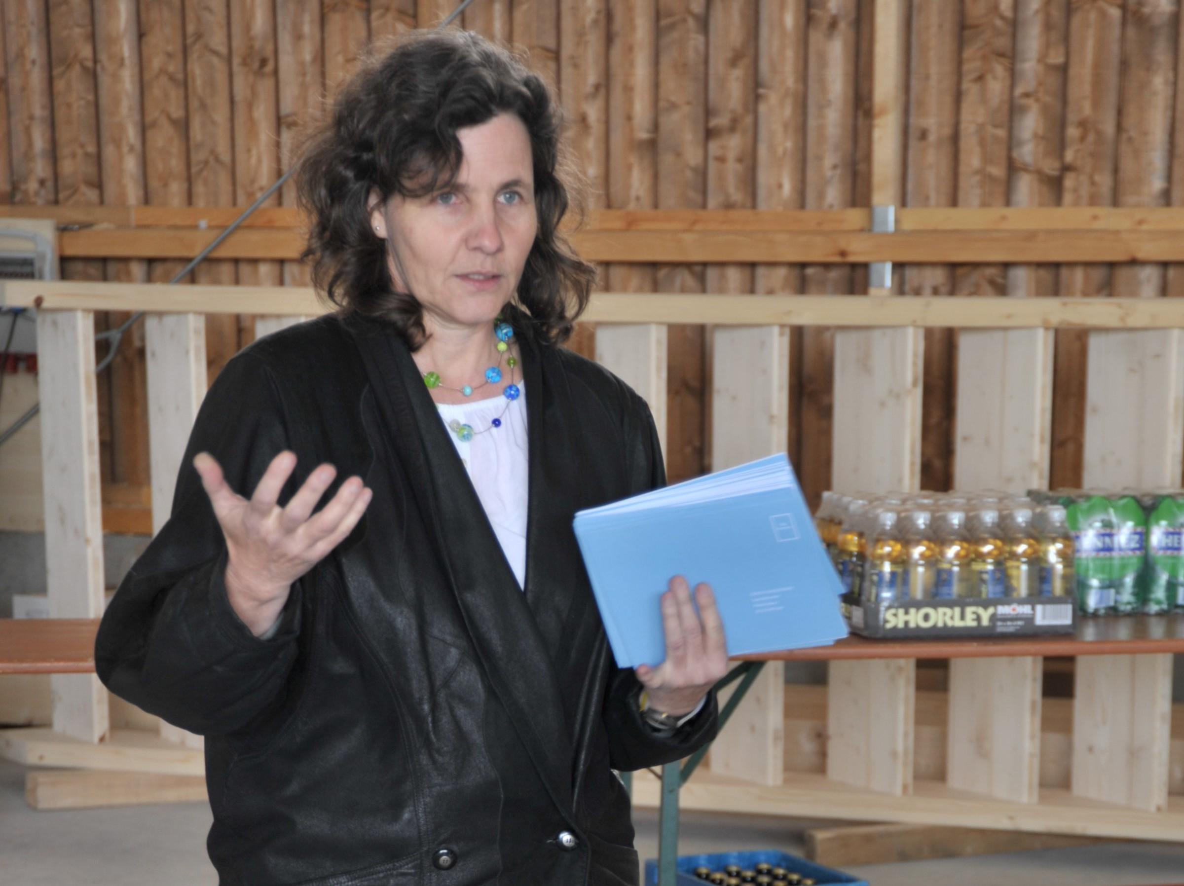 Barbara Schaffner stellt die Ziele von ZÜRICH ERNEUERBAR vor und weist auf die bevorstehenden Veranstaltungen hin.