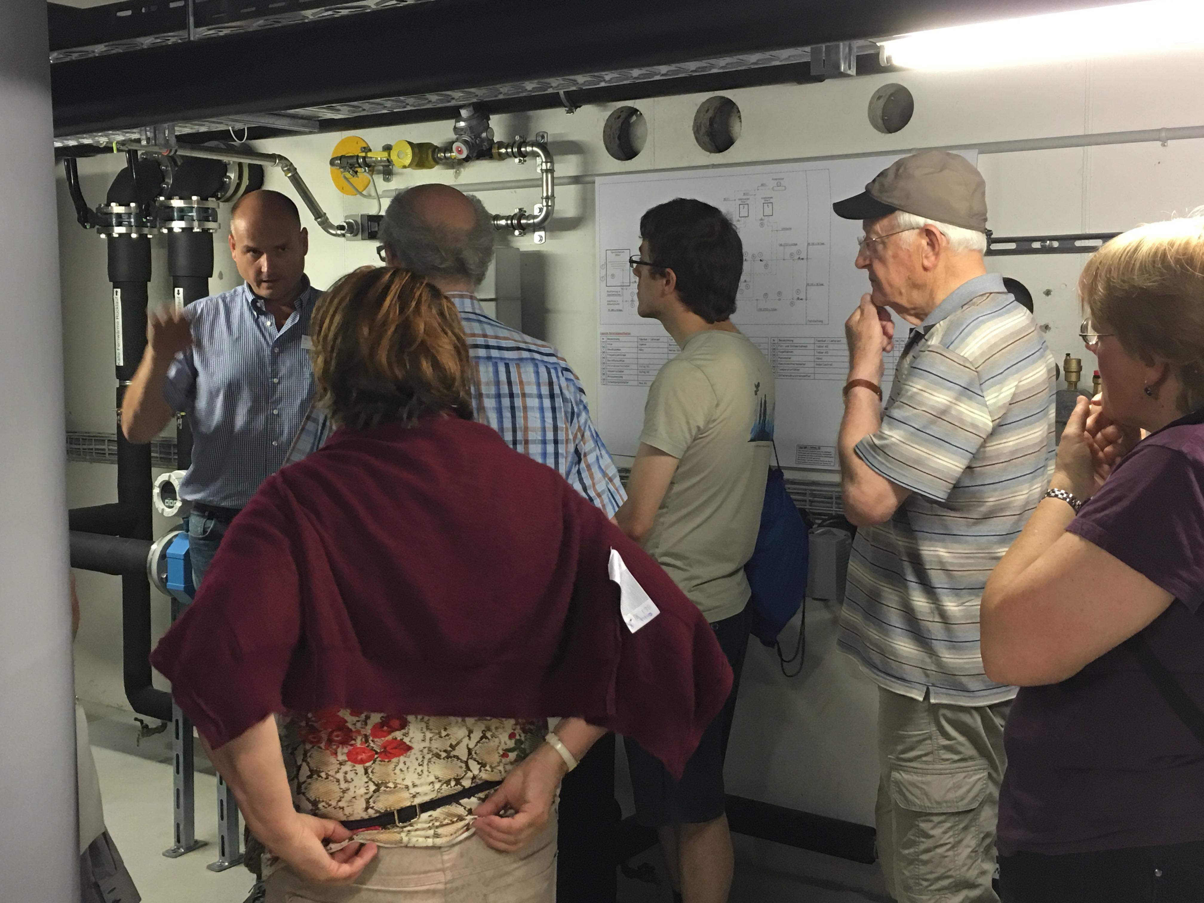 Markus Thoma vom Glattwerk erklärt die Heizzentrale mit kalter Fernwärme von der ARA.