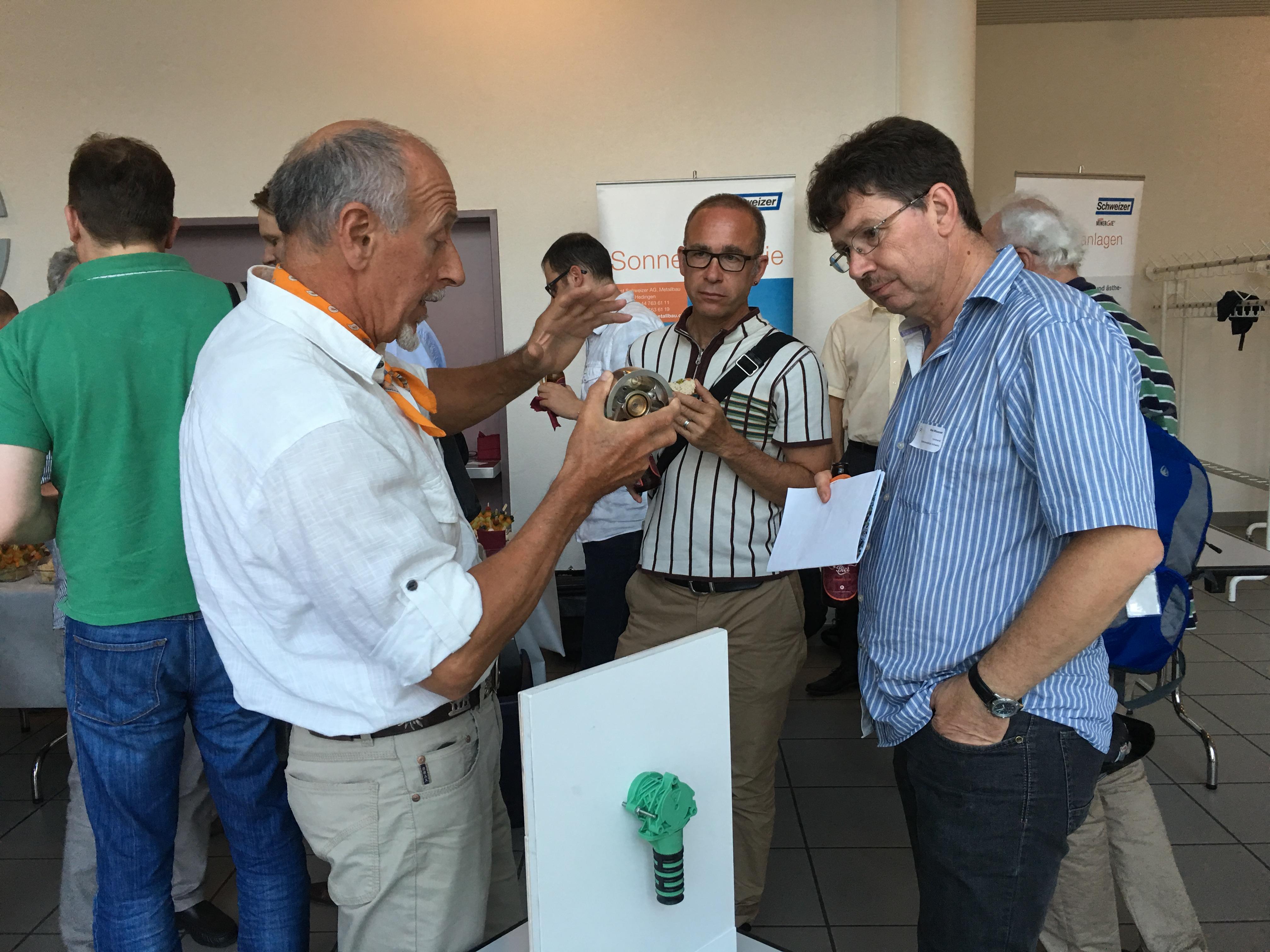 Paul Curty von Aqua Art erklärt die Funktionsweise von Wasserspardüsen.