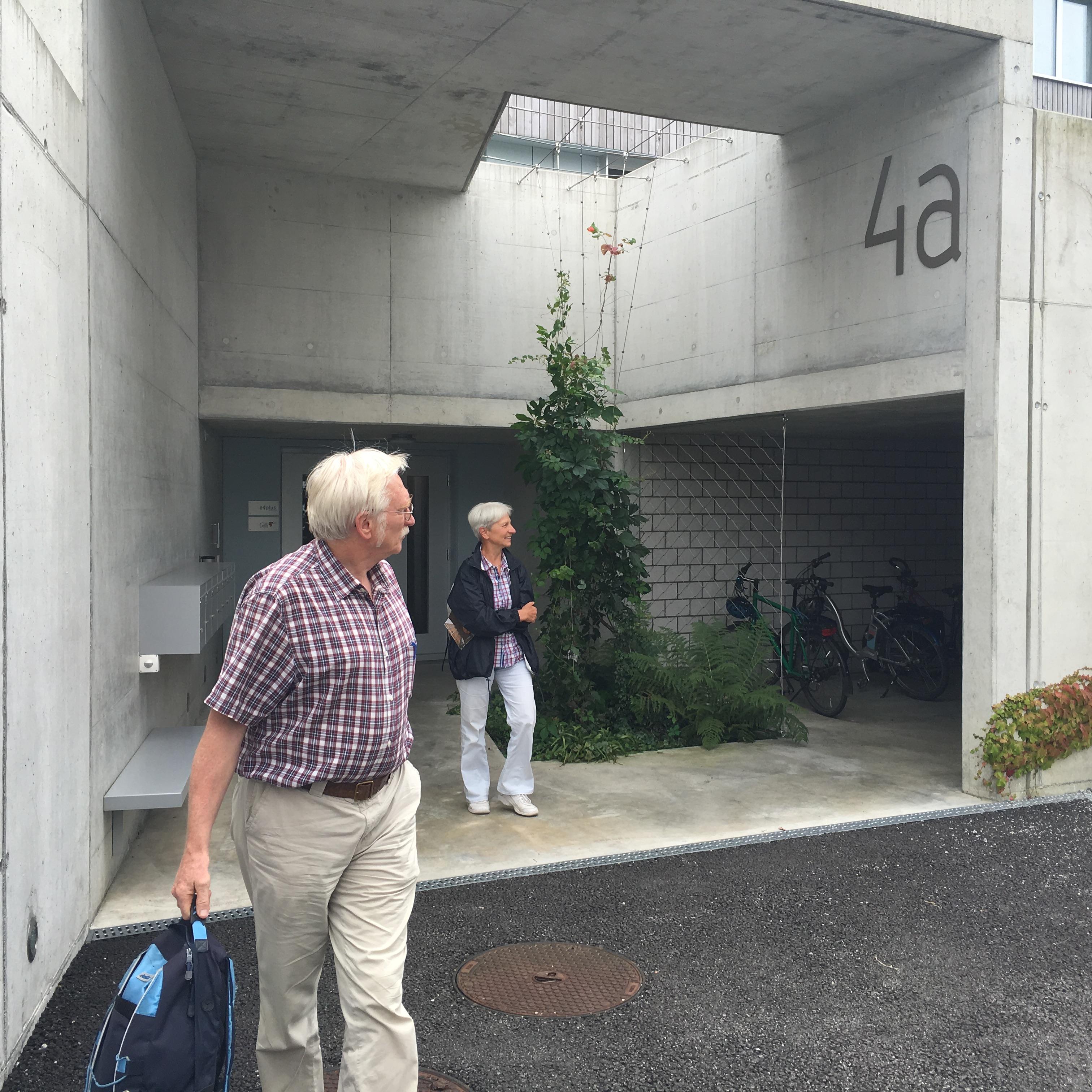 Der Eingang zum Haus liegt theoretisch (wegen der Hanglage) in einem nicht sichtbaren Untergeschoss.