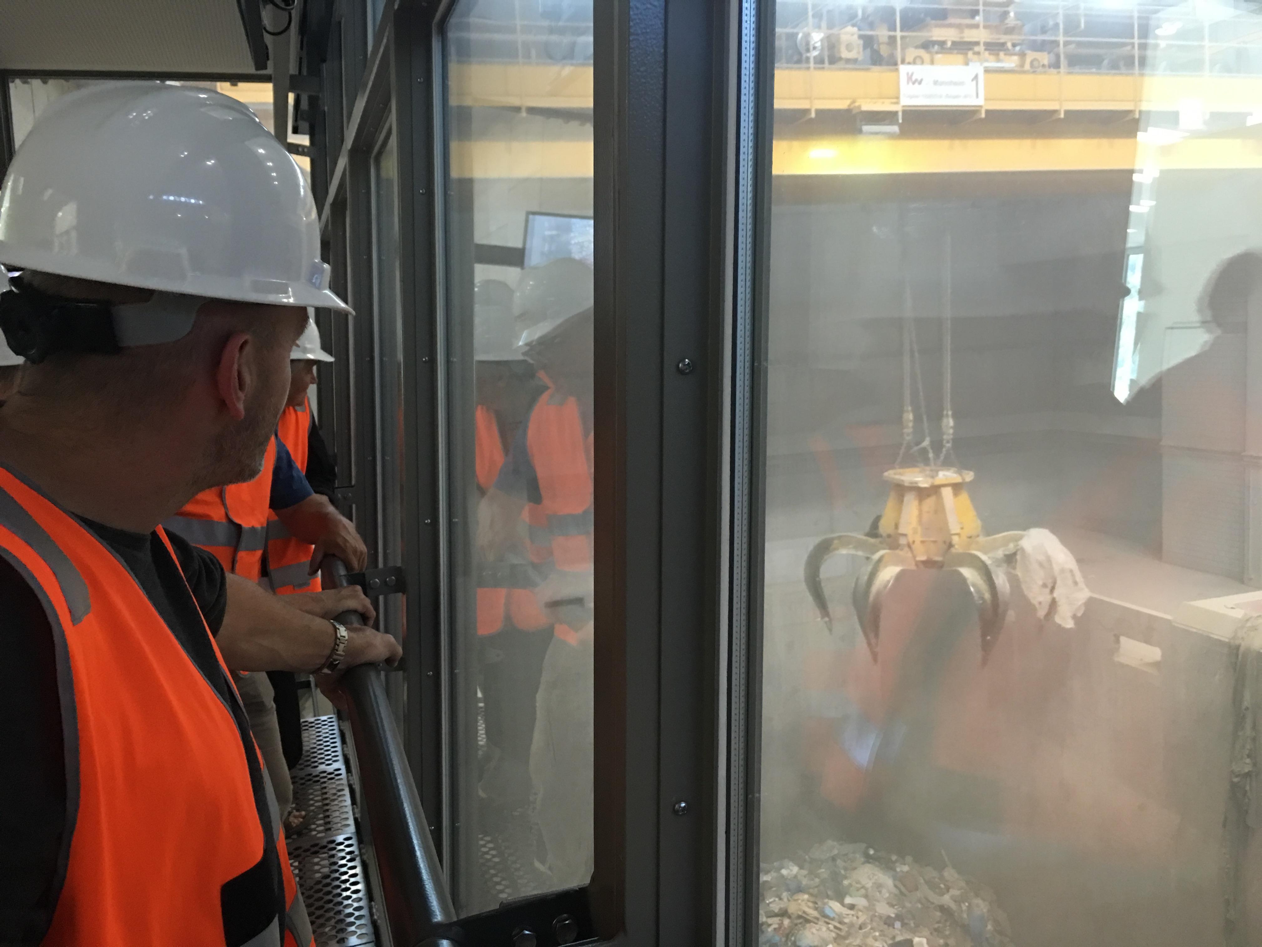 Der angelieferte Müll wird vollautomatisch verteilt, umgeschichtet und in die Brennkammern befördert.