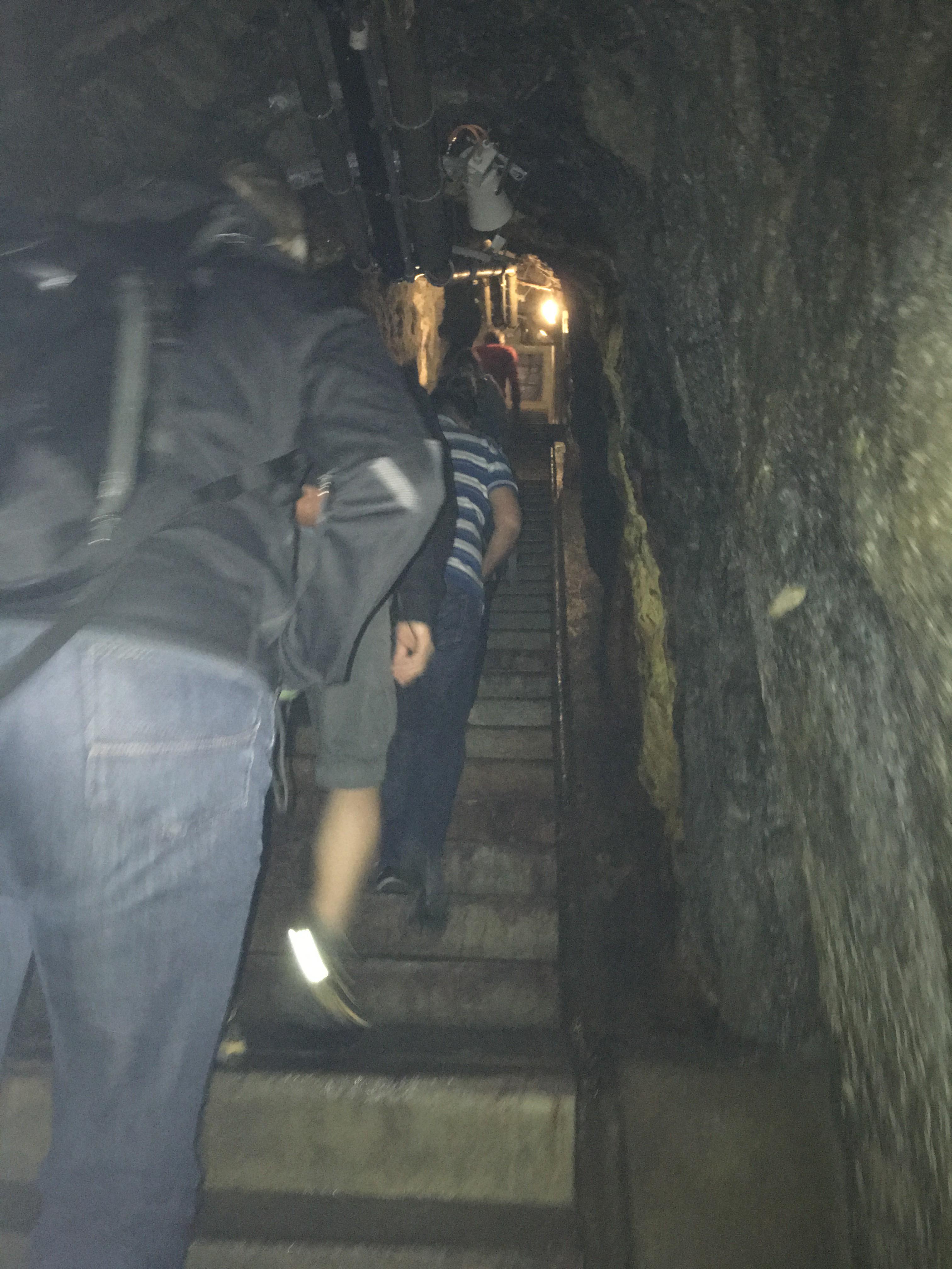 Lange, schwach erleuchtete Gänge und Treppen. Hier länger ausharren zu müssen ist kein Zuckerschlecken.