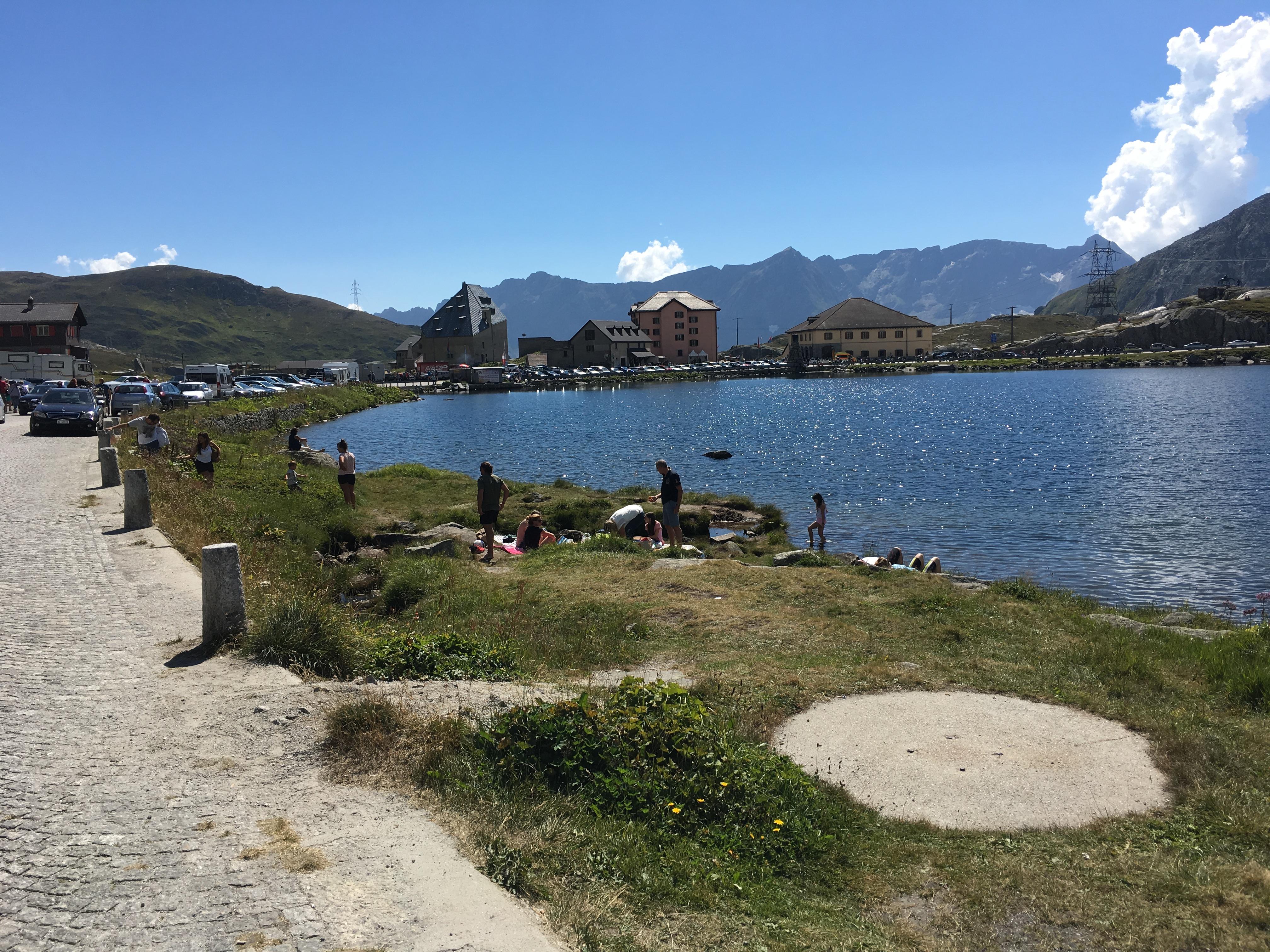 Gotthard-Hospiz mit einem der Seen, die zur Stromproduktion verwendet werden und wurden.