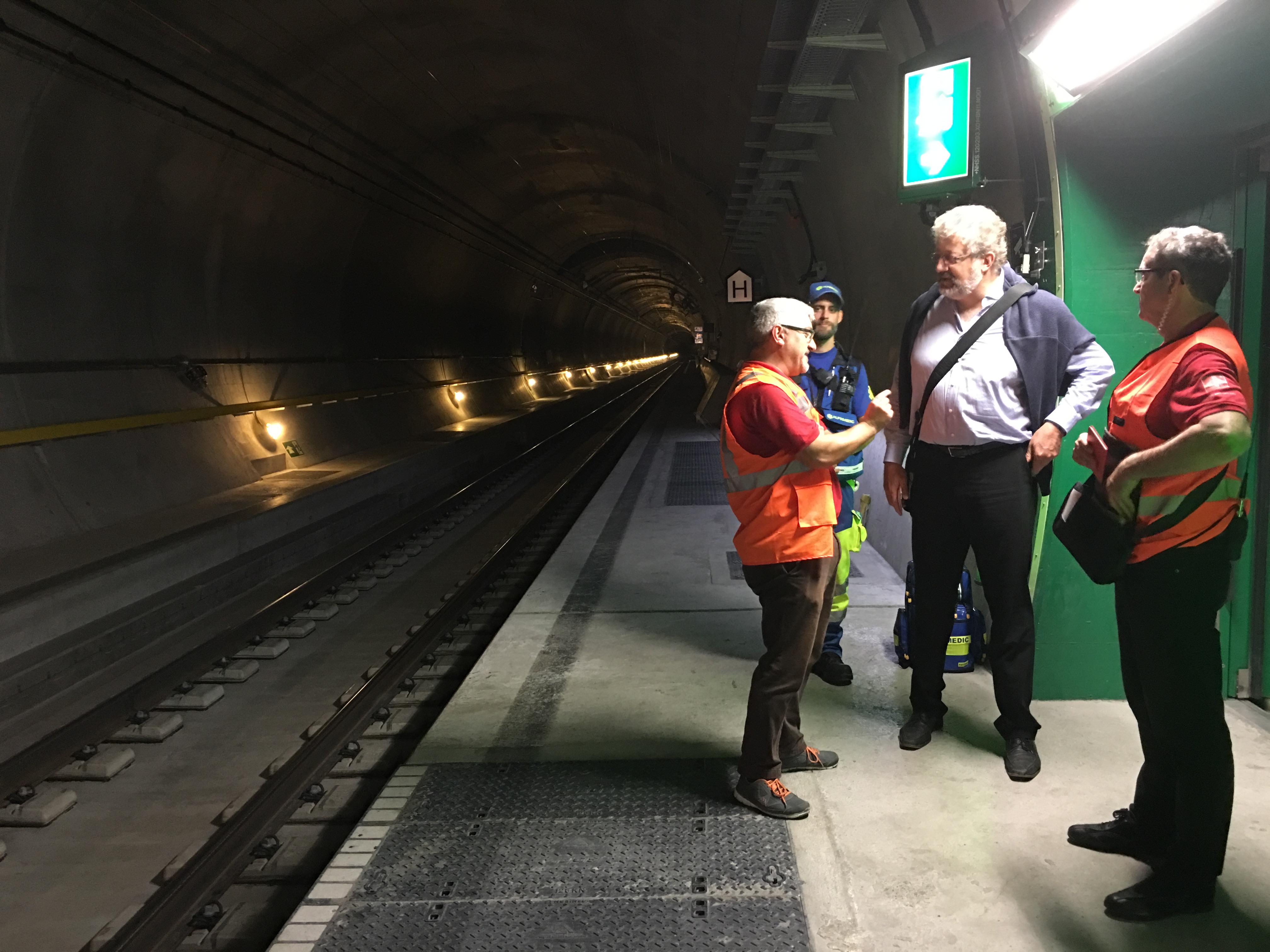 Erklärungen zum Regime der Züge bei der Fahrt durch den Gotthard-Basistunnel: Bis zu 3 Güterzüge warten jeweils auf die Einfahrt des (schnelleren) Personenzuges und schliessen sich dann an.