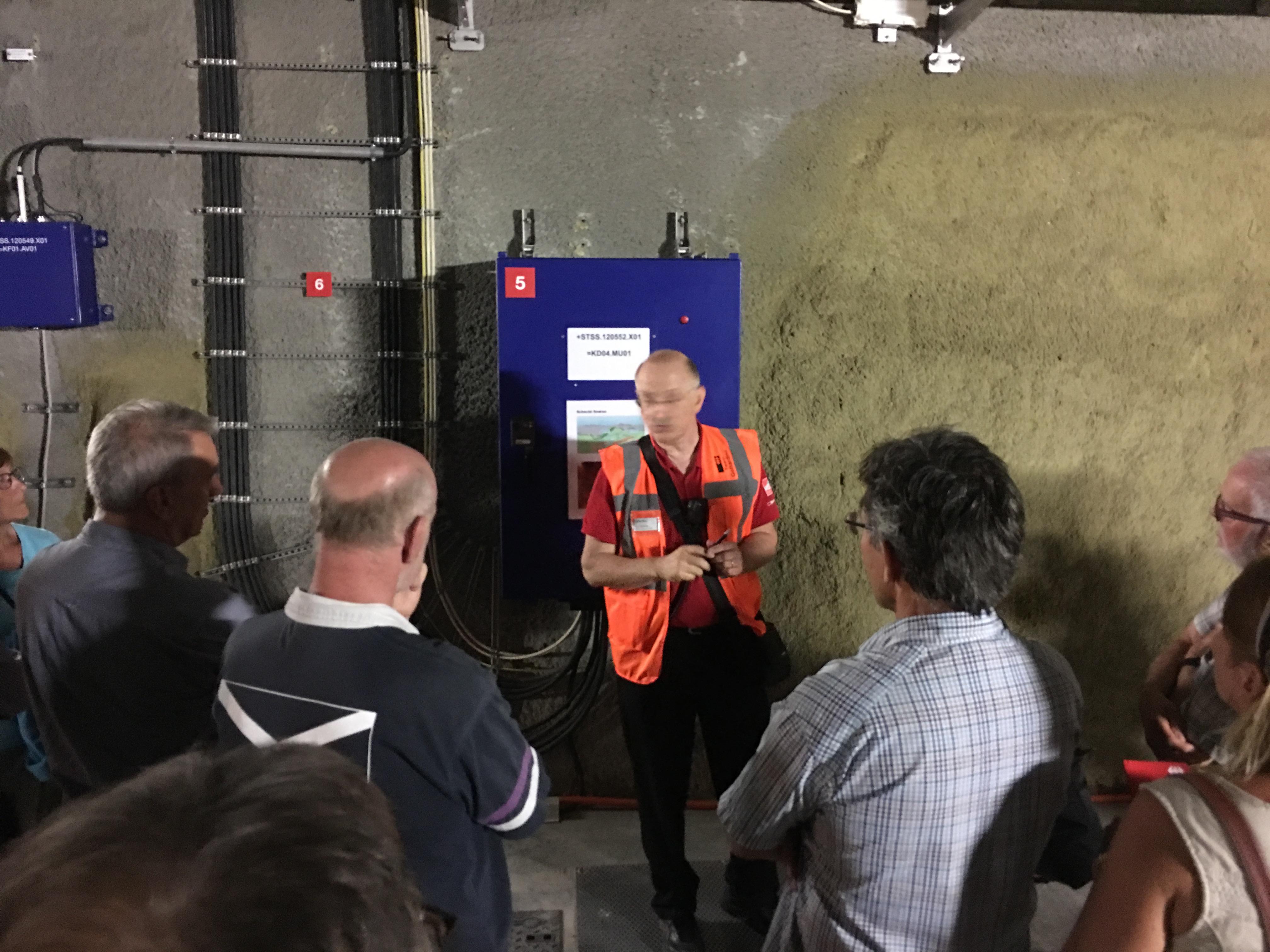 Erklärungen zum Schacht bei Sedrun. Dieser wurde beim Bau benötigt und dient jetzt der Belüftung und dem Druckausgleich.