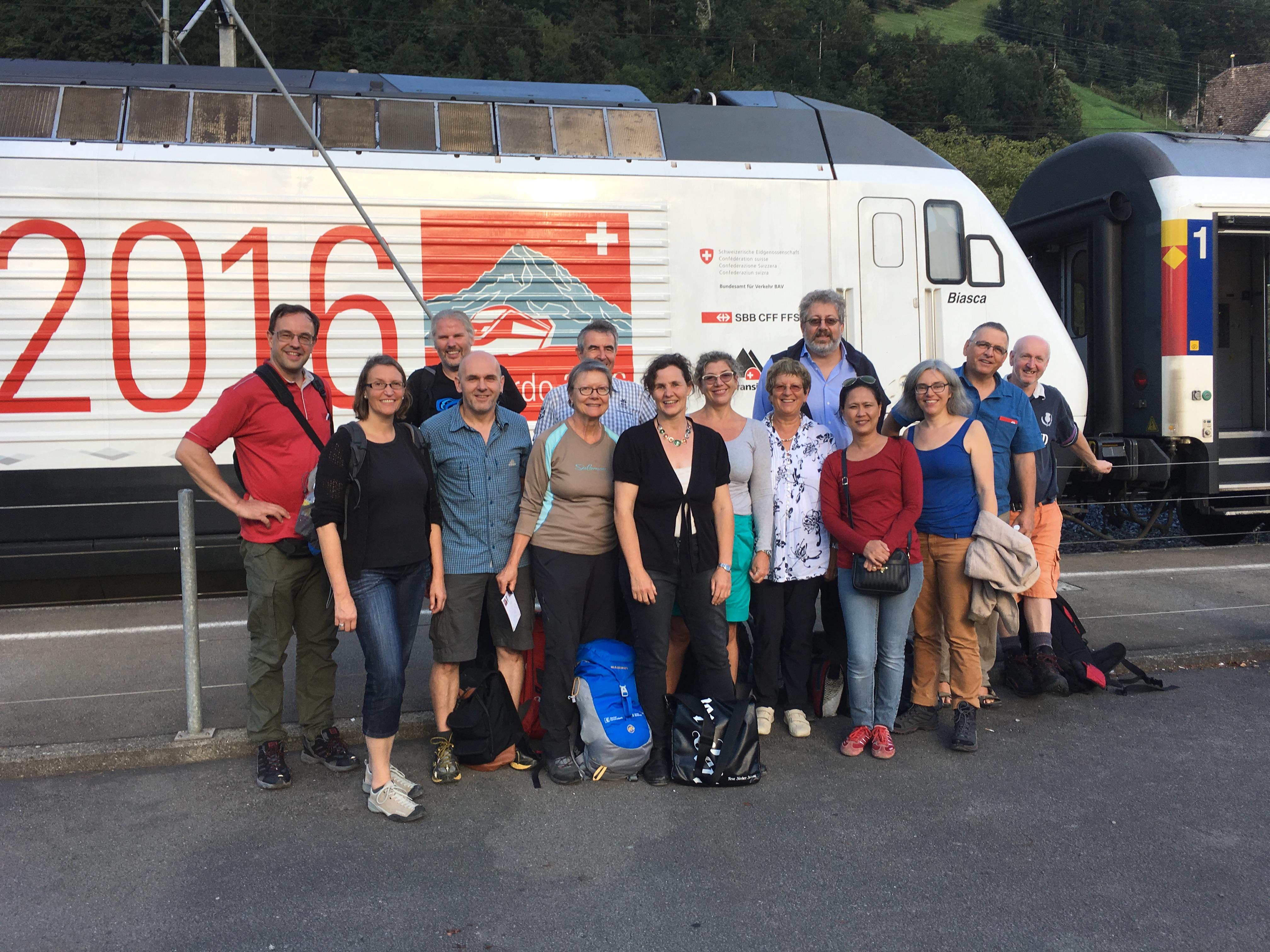 Die Reisegruppe in Flüelen vor der Gottardino-Lokomotive