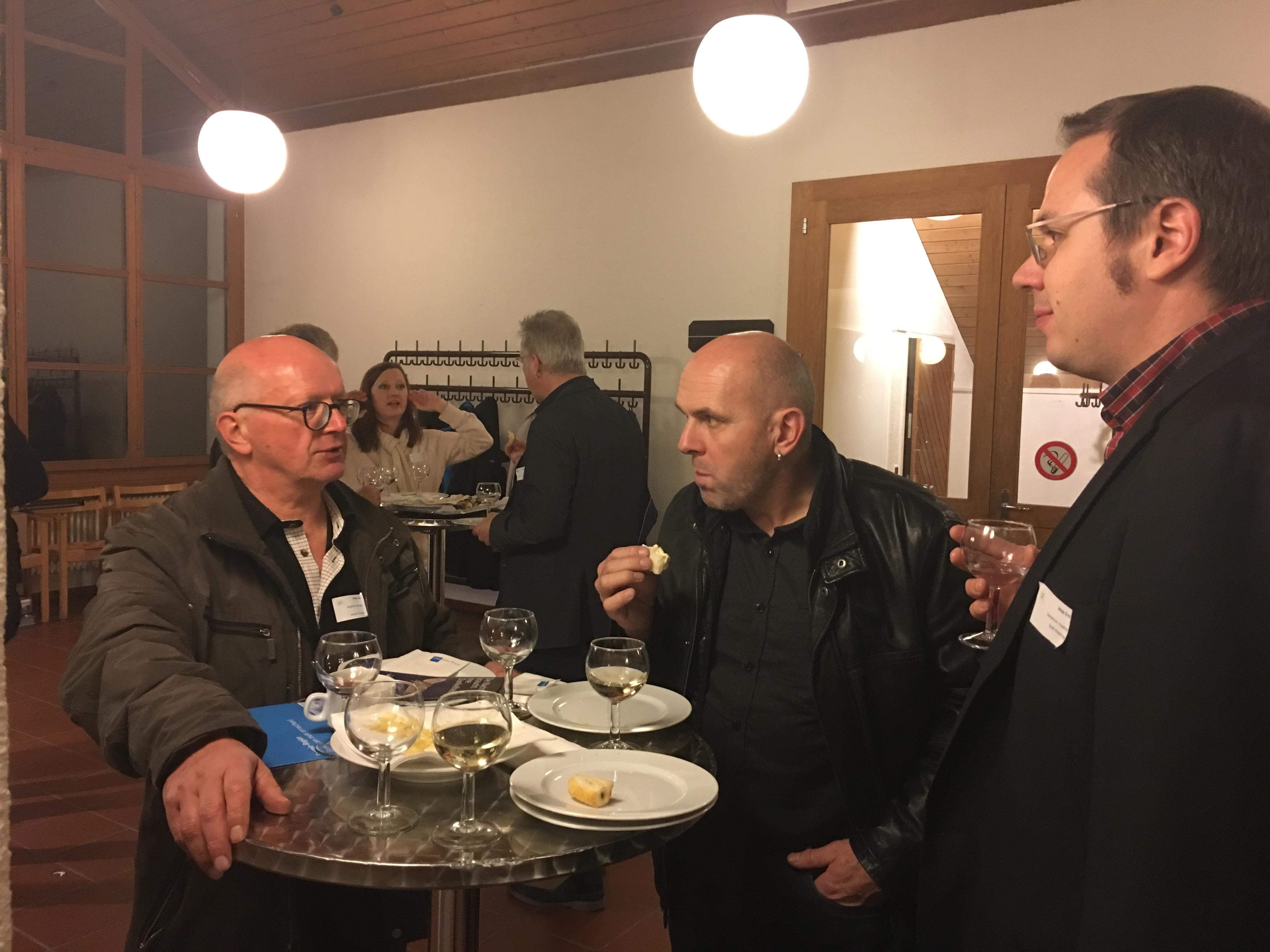 Peter Ackermann, Mitglied der Energiekommission Hedingen, in Diskussion mit den Kantonsräten Daniel Sommer und Jonas Erni