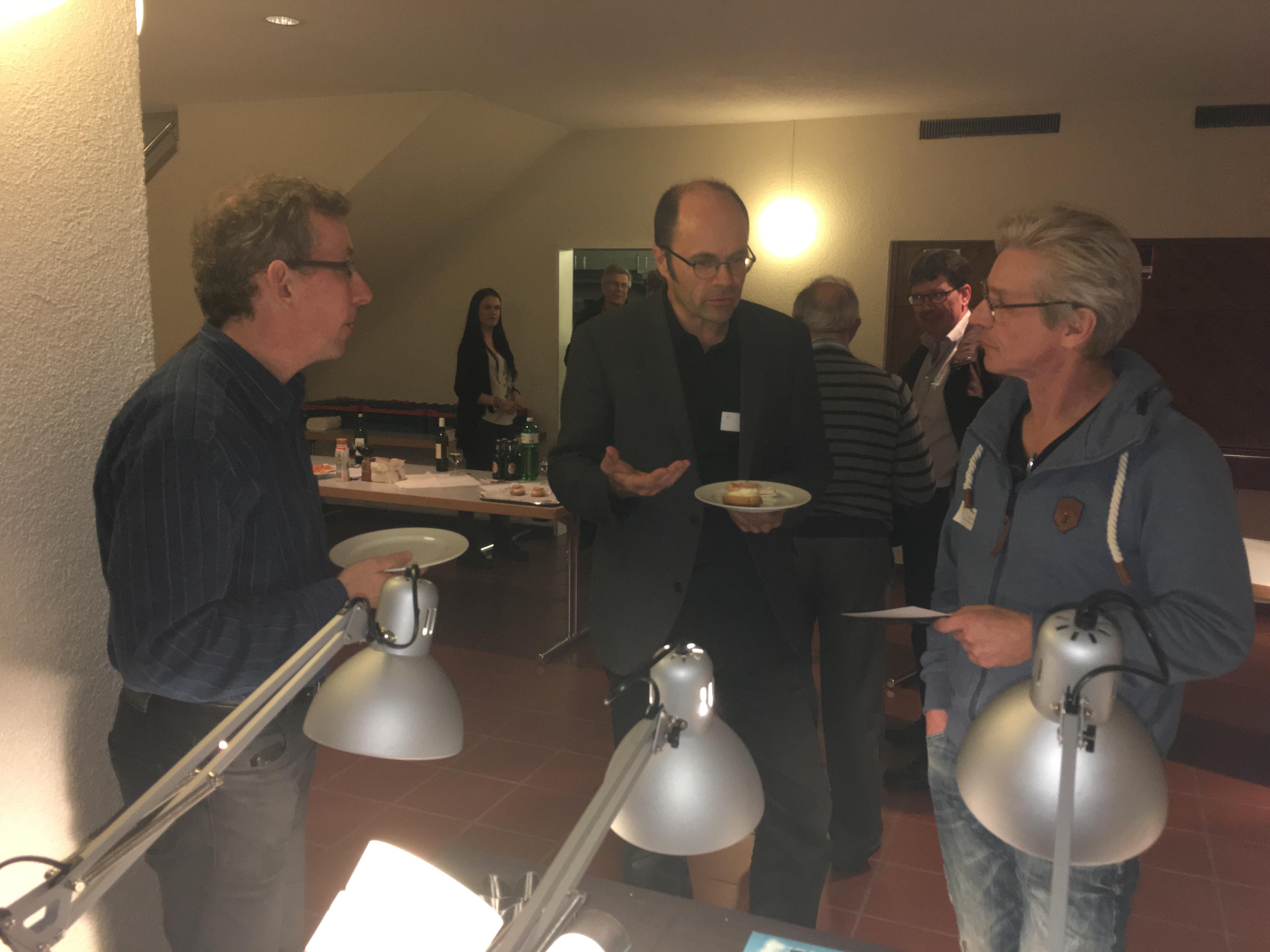 David Weisser von fokusform erklärt Gemeinderat Rolf Meyer von Wasterkingen und Lukas Schuler von Dark-Sky seine Angebote in der Lichtplanung