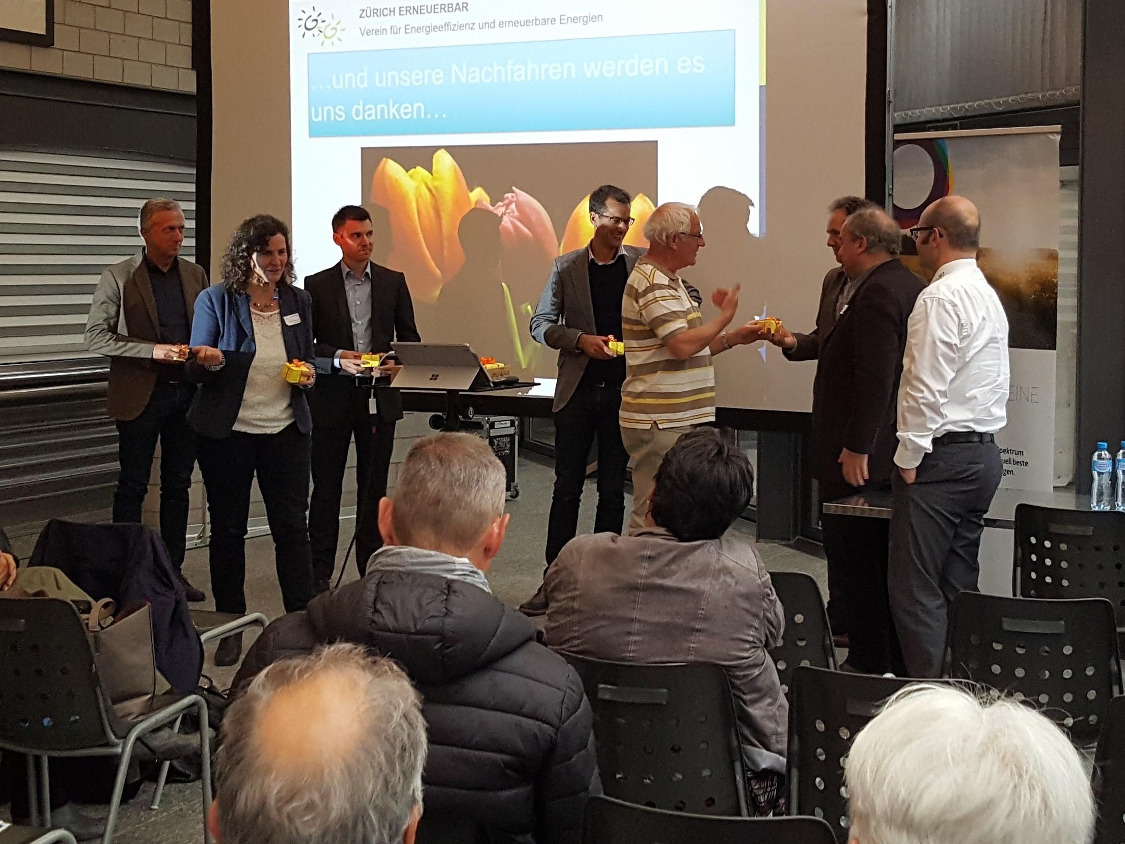 Patrick Hächler, Präsident von Zürich Erneuerbar, und die Geschäftsführerin Barbara Schaffner bedanken sich bei den Referenten.