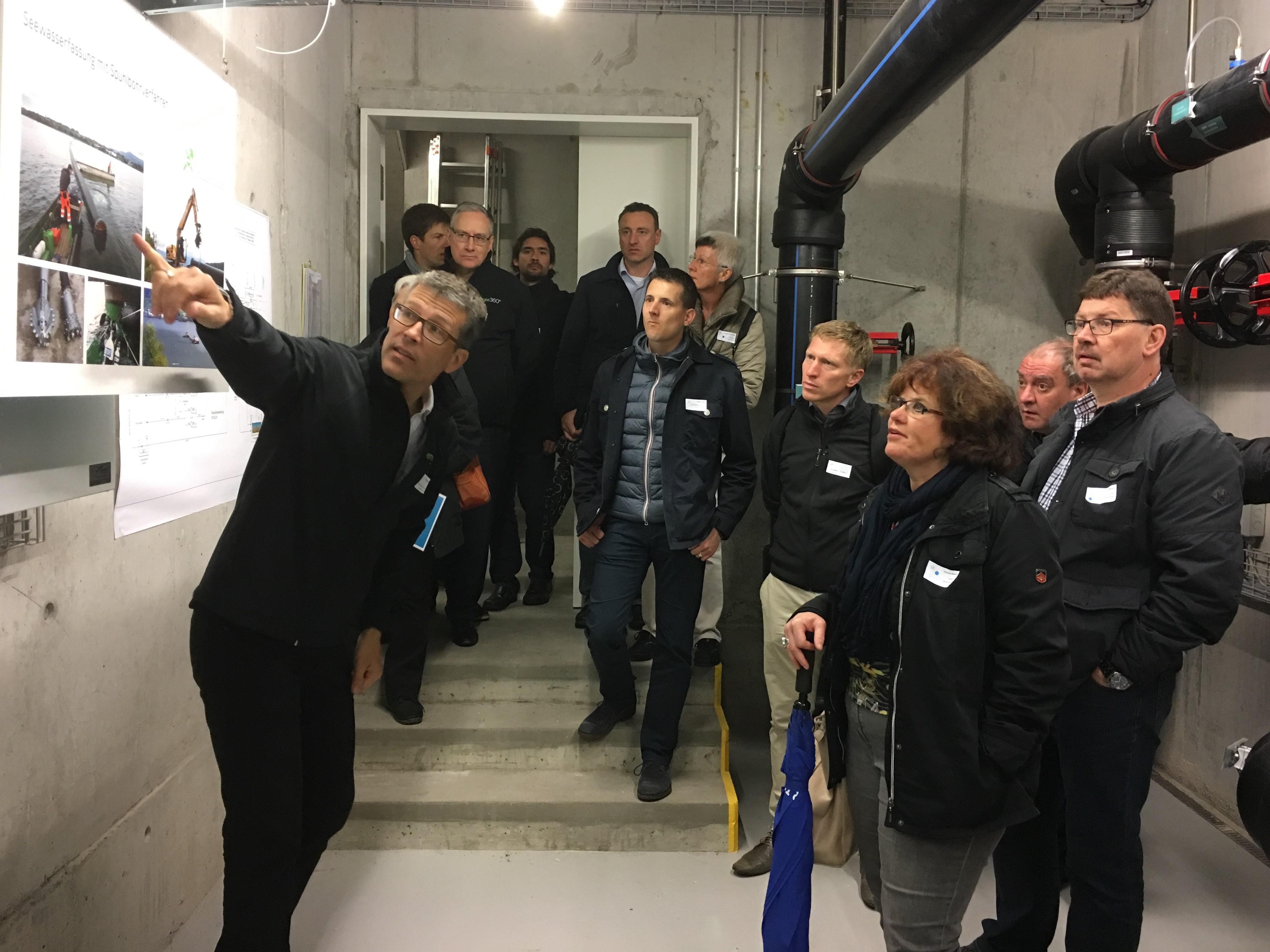 Guido Maass von Energie 360° erklärt, wie die Leitung für die Seewasser-Wärmepumpe des Kinderzoos gebaut wurde.