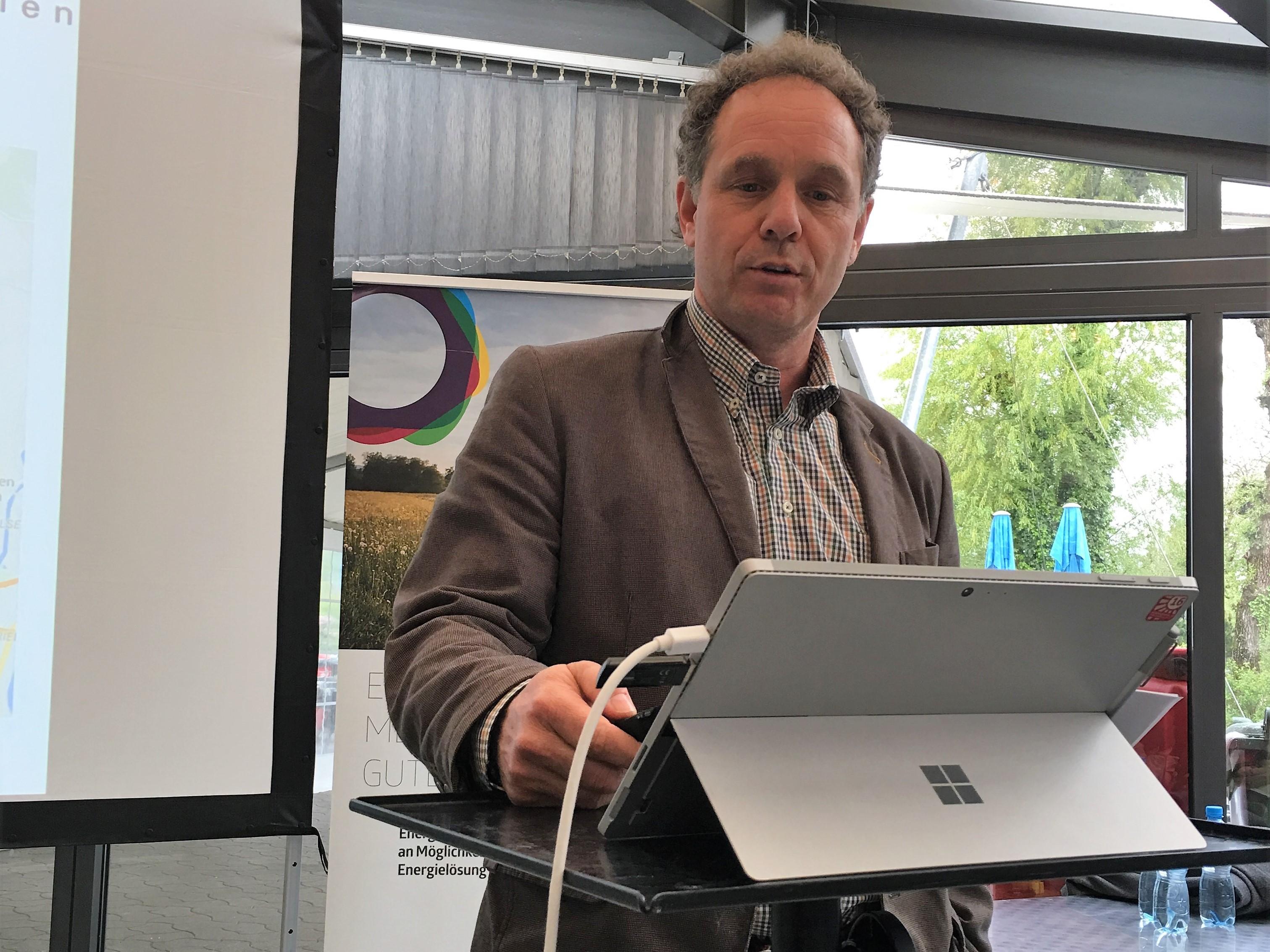 Gemeindepräsident Bänz Müller ist aus dem Kanton Bern angereist, um über seine Erfahrungen mit dem Wärmeverbund Kappelenring zu berichten.