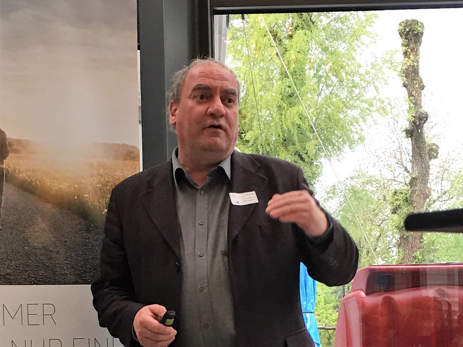 Andreas Keel, Geschäftsführer von Holzenergie Schweiz, gibt wertvolle Tipps für Holzschnitzelanlagen.