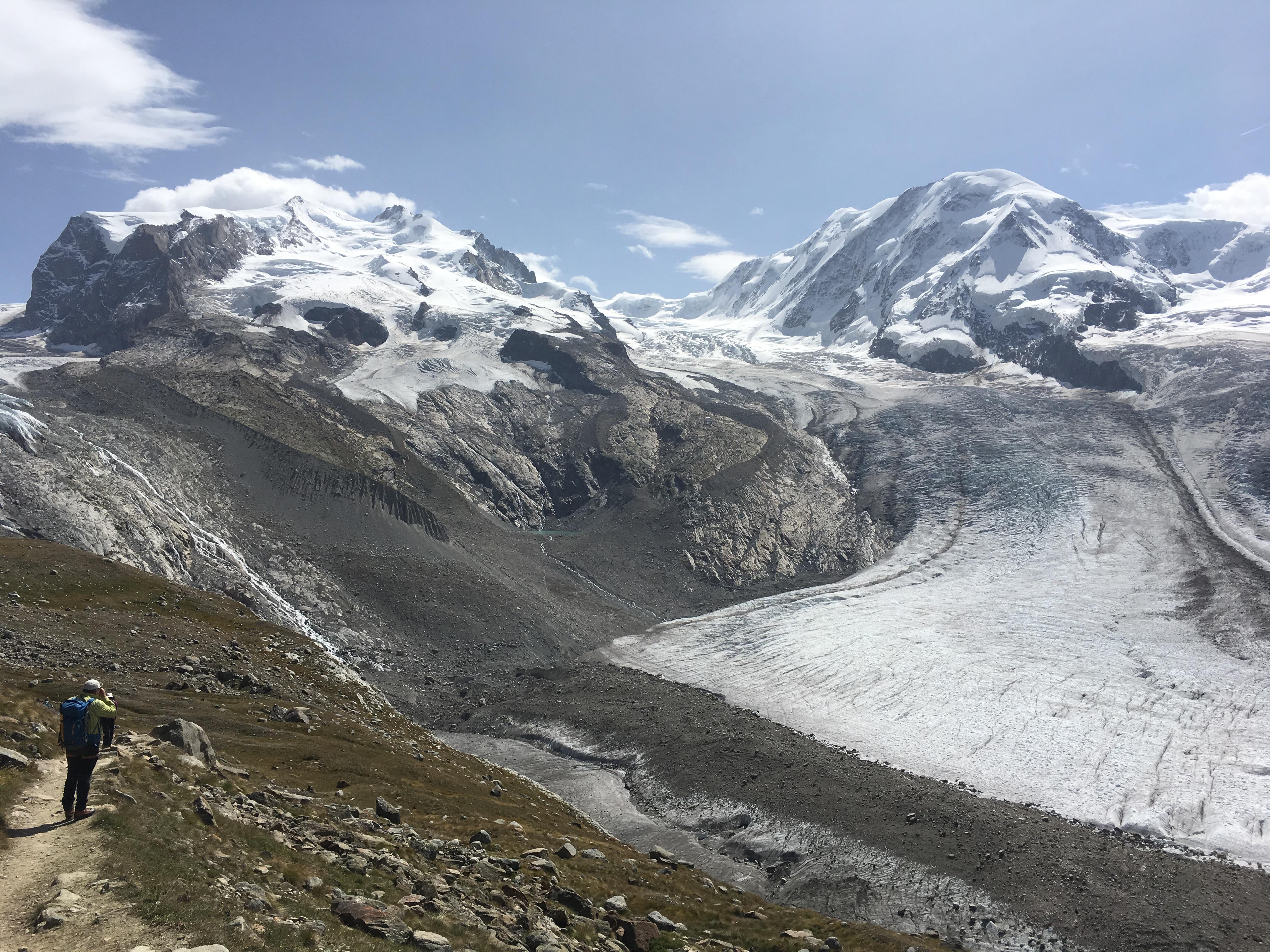 Der Gornergletscher fliesst von links in den Eisstrom. Wir werden ihn knapp vor dem Zusammenfluss mit dem Grenzgletscher überqueren.