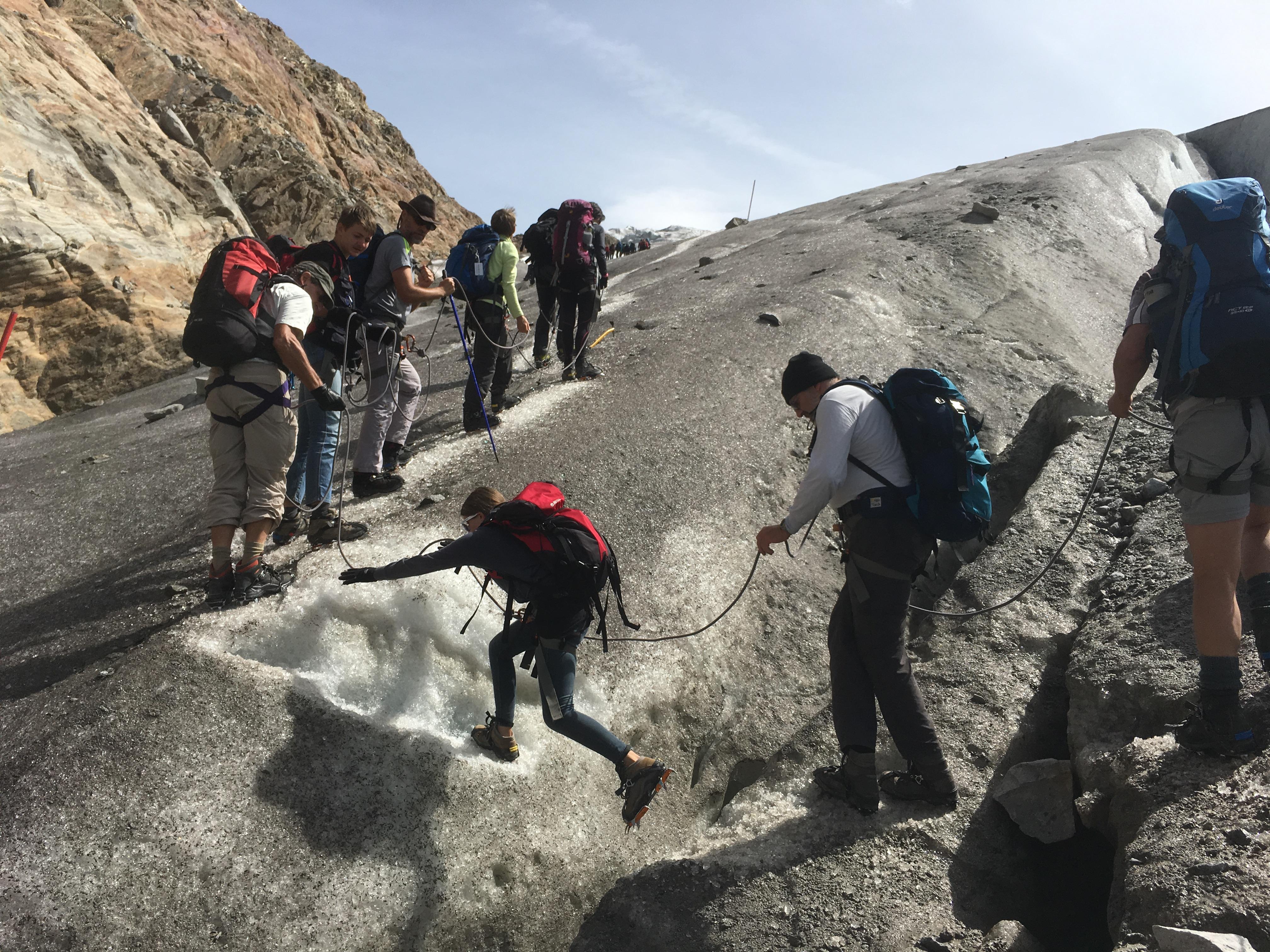 Manchmal ist auch ein grösserer Schritt über eine Gletscherspalte notwendig.