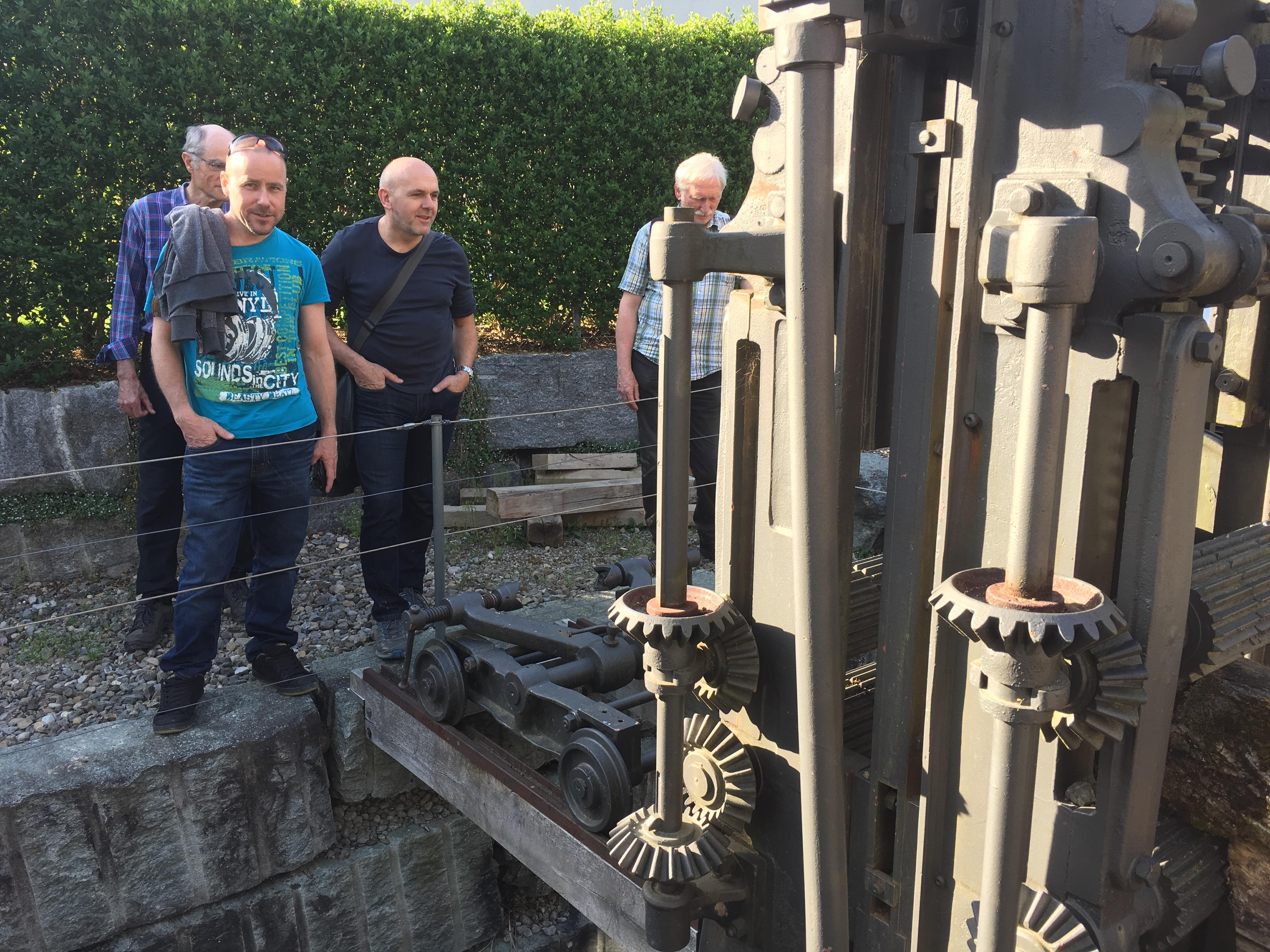 Die Sägemaschine wird u.a. vom Schreinermeister Daniel Sommer begutachtet.